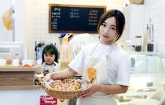 创业学子丨何佩凤:希望在这家小店有幸与你相识
